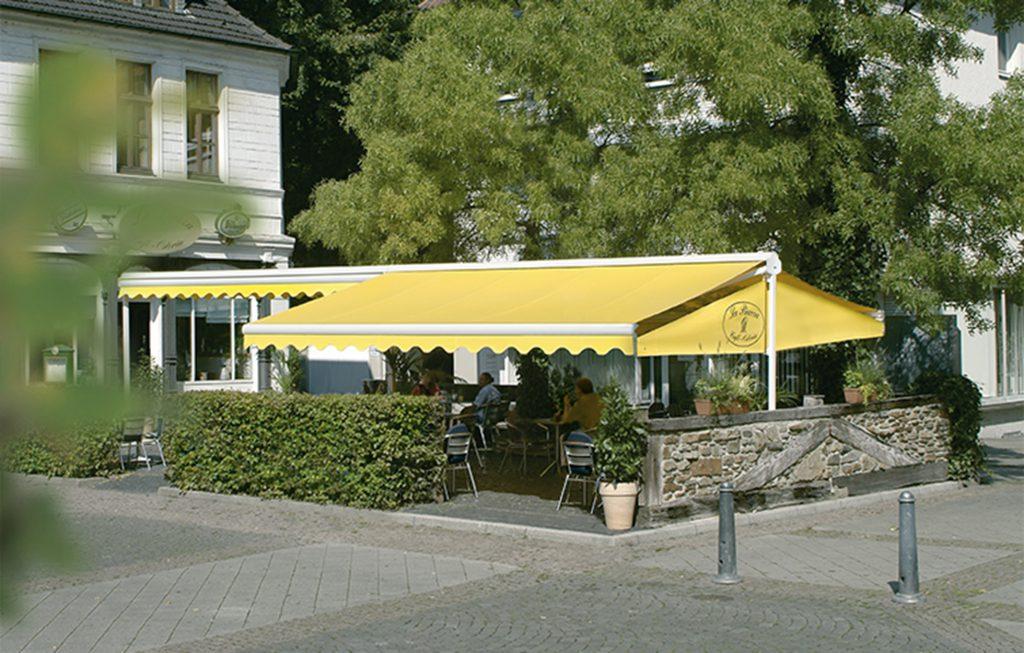 erwilo freistehende Markise als Sichtschutz und Sonnenschutz frei positionierbar mit zweiseitigem motorisiertem Ausfall in Gelb und Gelenkarmen aus Aluminium.