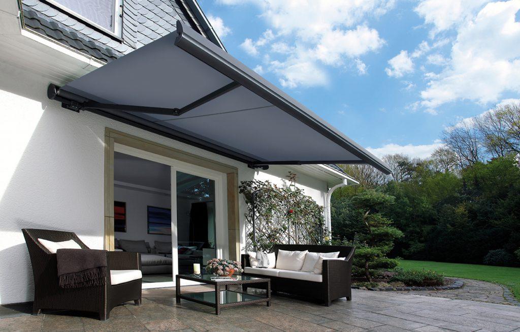 erwilo Terrassenmarkise als Sonnenschutz mit elegantem  Kassettendesign und Regenschutz für das graue Tuch.