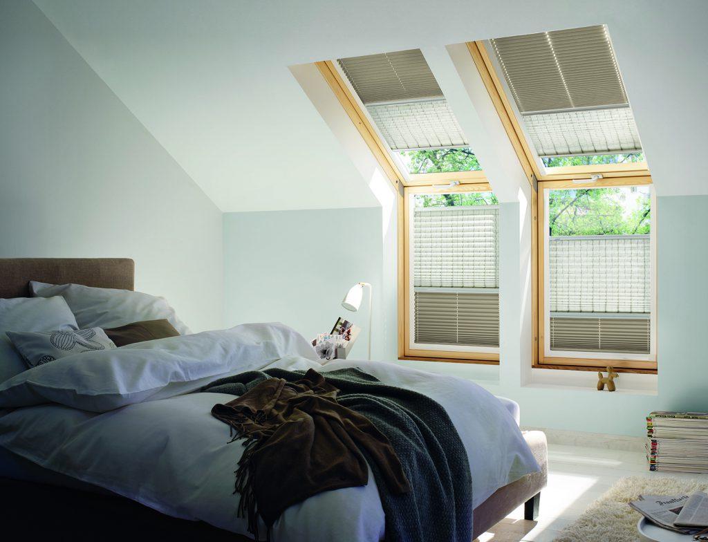 Schlafzimmer mit KADECO Plissee in braun und beige als einzigartiger Sonnenschutz.